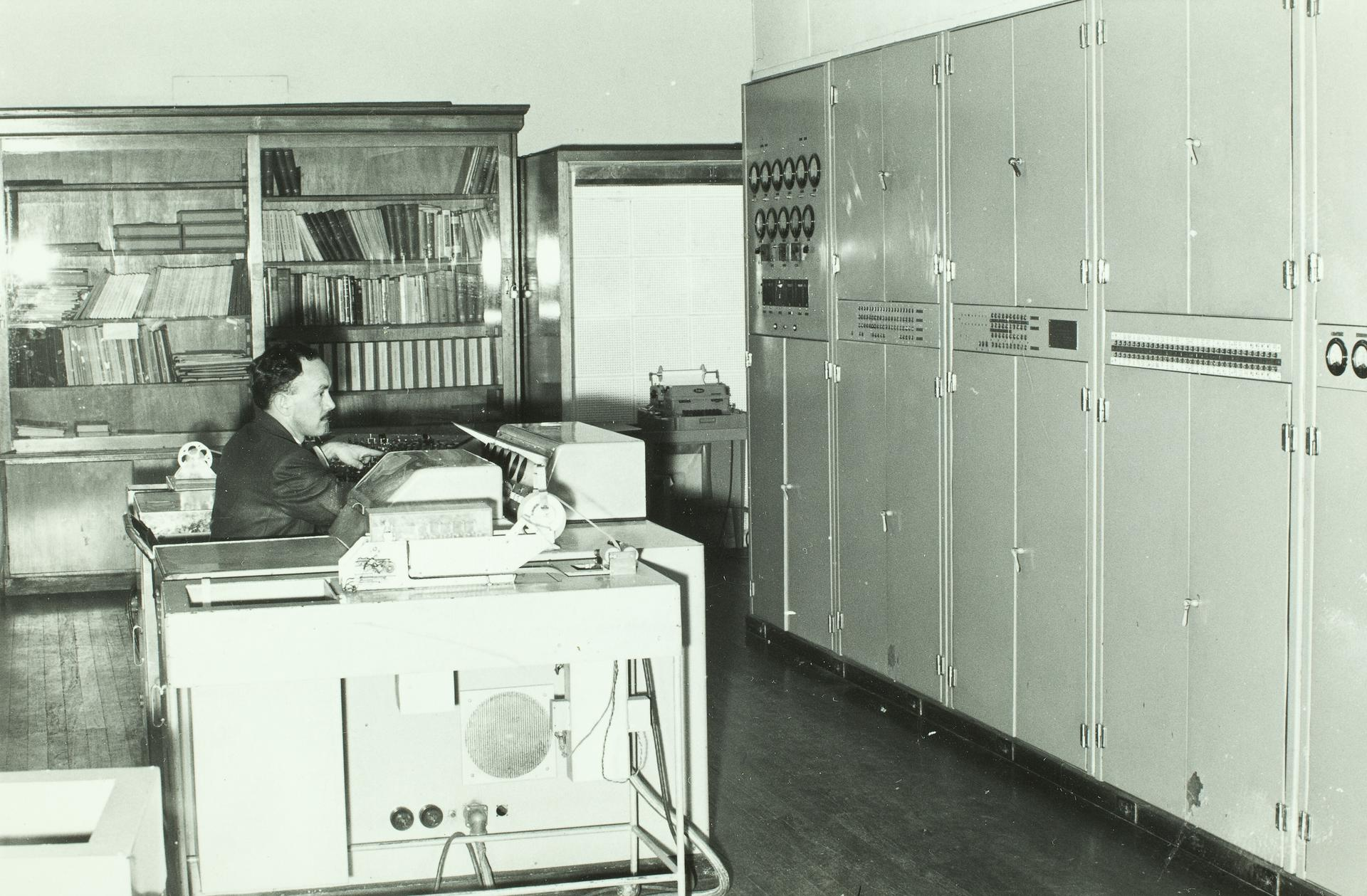 CSIRAC with staff member at the control panel, c1958