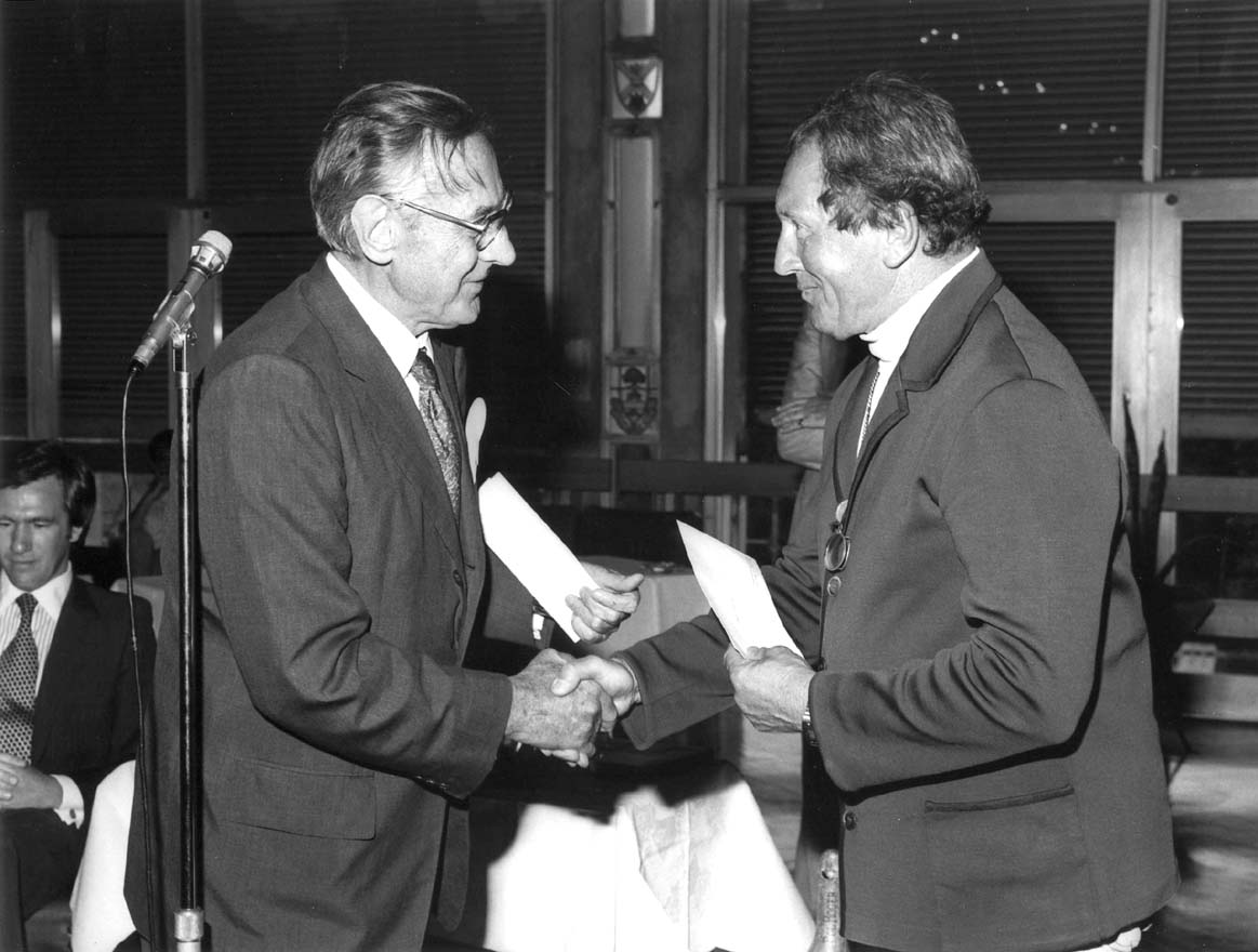 Franz Stampfl (right), with Vice-Chancellor David Derham